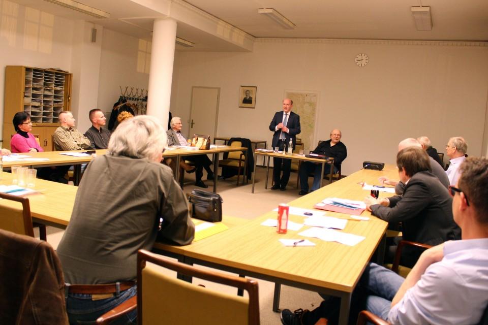 Kai Wegner diskutiert mit den Mitgliedern der CDU Schöneberger Westen