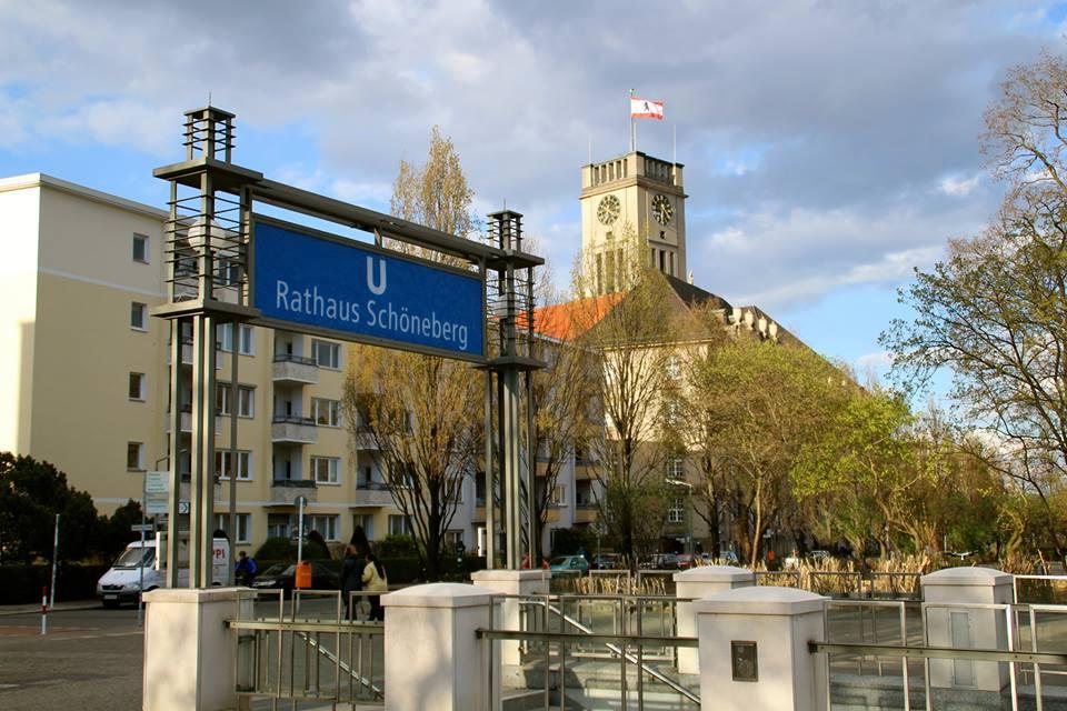 Täglich um 12 Uhr erklingt die Freiheitsglocke im Turm des Rathauses Schöneberg.